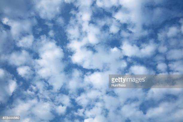 low angle view of sky - altocumulus stockfoto's en -beelden