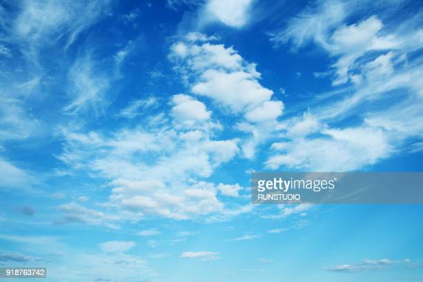 low angle view of sky - bleu photos et images de collection