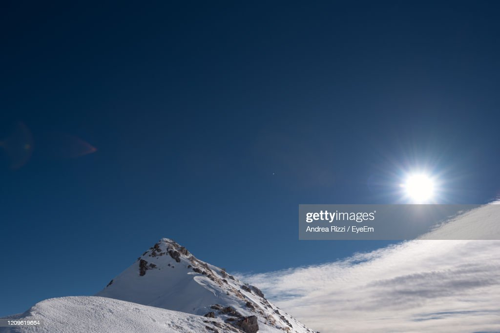 Low Angle View Of Snowcapped Mountain Against Blue Sky : Foto stock