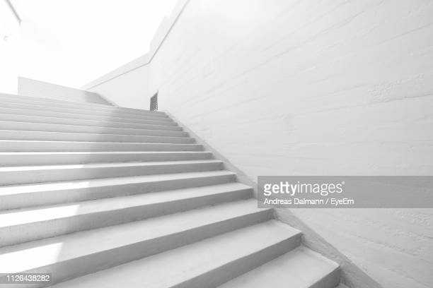 low angle view of staircase - degraus e escadas - fotografias e filmes do acervo