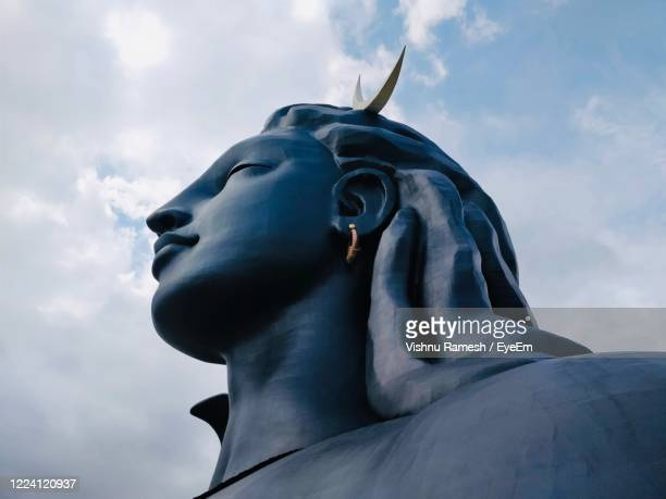low angle view of statue against sky - シバ神 ストックフォトと画像