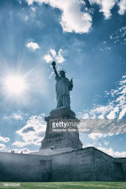 low angle view of statue of liberty against sky - monument stockfoto's en -beelden
