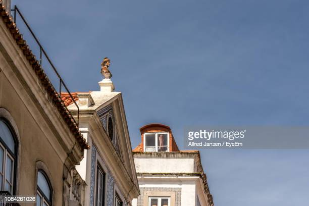 low angle view of statue on building against blue sky - alfred jansen imagens e fotografias de stock