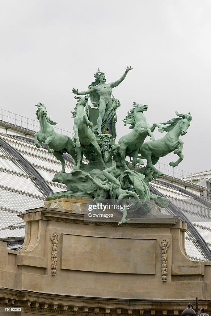 Low angle view of statues, Galeries Nationales du Grand Palais, Paris, Ile-de-France, France : Foto de stock