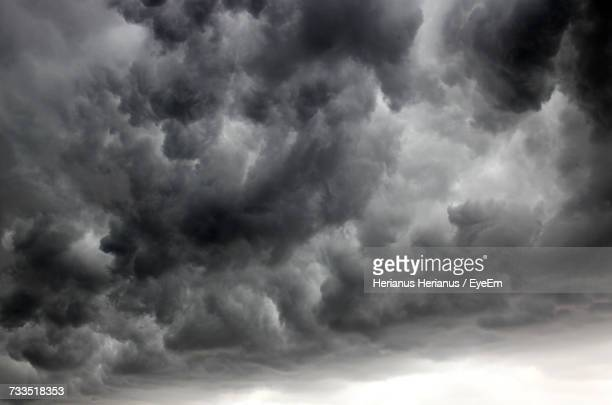 low angle view of storm clouds in sky - sturmbewölkung stock-fotos und bilder
