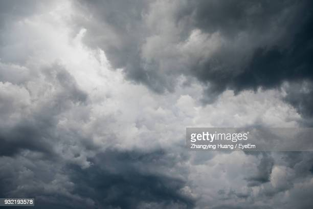 low angle view of storm clouds in sky - cielo minaccioso foto e immagini stock