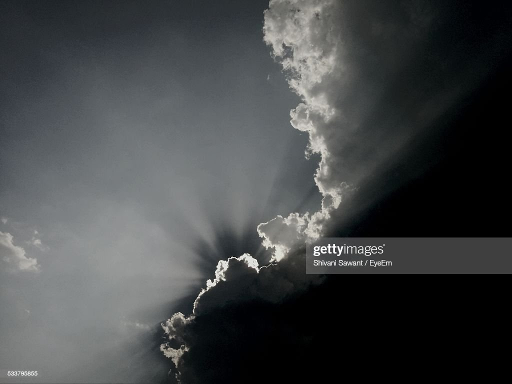 Low Angle View Of Sunbeams Sky And Clouds : Foto stock
