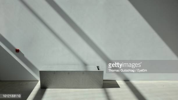 low angle view of sunlight falling on white wall - schlagschatten stock-fotos und bilder