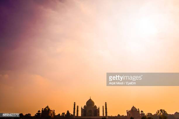 low angle view of taj mahal against cloudy sky during sunset - agra stock pictures, royalty-free photos & images