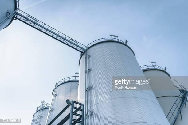 low angle view of tanks and pipes in oil blending plant, antwerp, belgium, europe - vorratstank stock-fotos und bilder