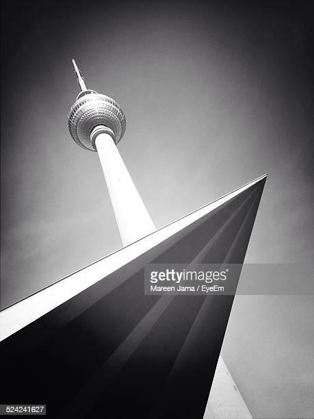 Low Angle View of Television Tower und dem Dach