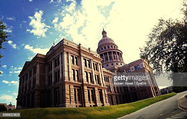 low angle view of texas state capitol building against sky - ciudades capitales fotografías e imágenes de stock