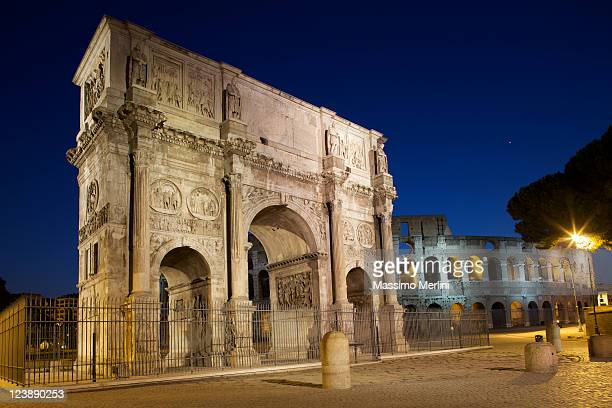 Vista de Ângulo Baixo do Arco de Constantino em Roma