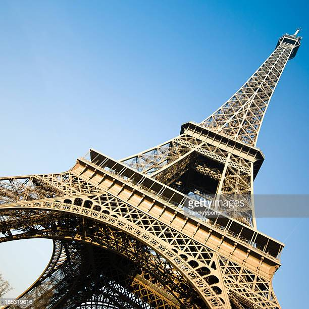 Flachwinkelansicht Blick auf den Eiffelturm, Paris, Frankreich