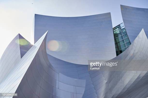 low angle view of the walk disney concert hall - low angle view photos et images de collection