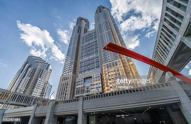 low angle view of tokyo metropolitan government building, shinjuku ward, japan - 東京都庁舎 ストックフォトと画像