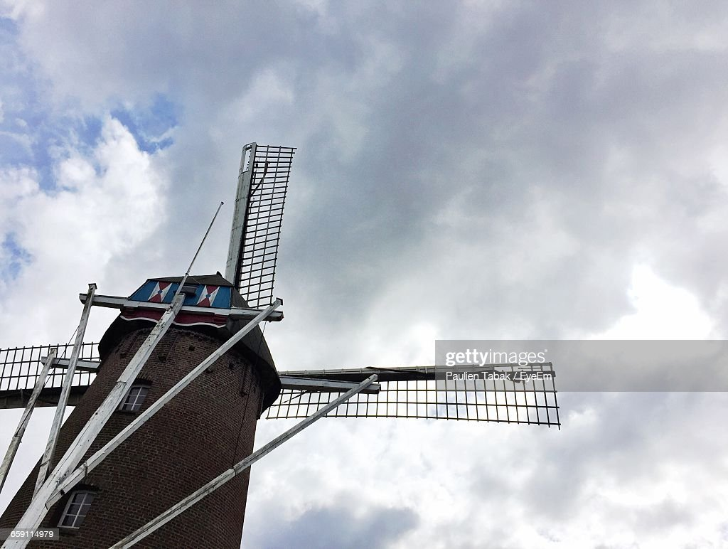 Low Angle View Of Traditional Windmill Against Cloudy Sky : Stockfoto