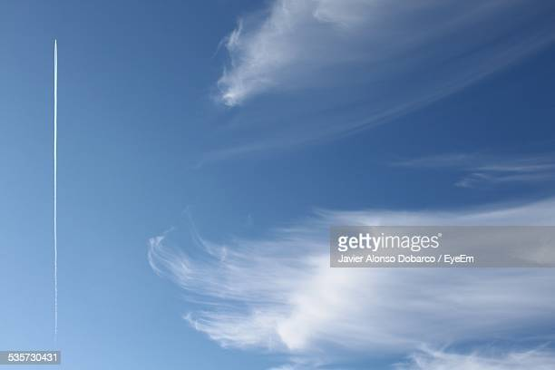 low angle view of vapor trail in blue sky - javier alonso fotografías e imágenes de stock