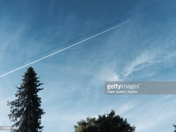 low angle view of vapor trail in sky - frank swertz stockfoto's en -beelden