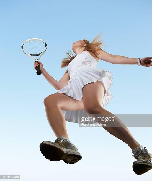低角度のビューの女性テニス