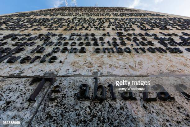 low angle view of words on monument, santa clara, santa clara, cuba -  565888969 stock pictures, royalty-free photos & images
