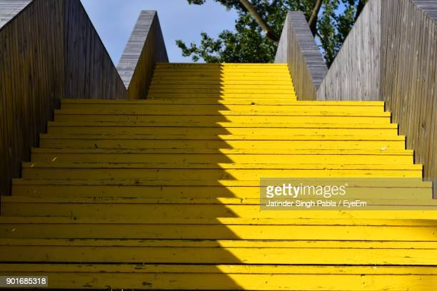 low angle view of yellow staircase - trap buiten stockfoto's en -beelden
