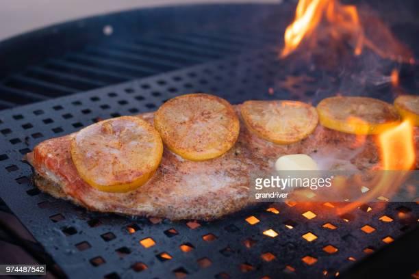 Låg Carb lax Filet med citronskivor på en eldig Grill