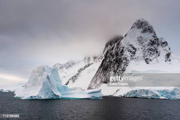 low clouds over lemaire channel, antarctica - south pole stock pictures, royalty-free photos & images