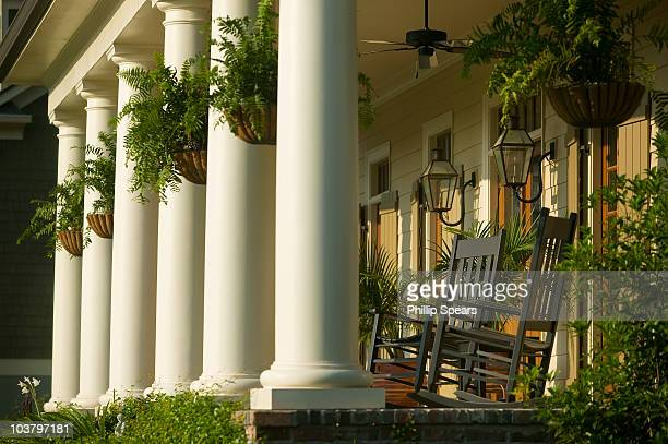 low country house with porch - georgia stati uniti meridionali foto e immagini stock