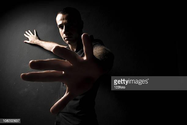 Low Key Bild von Mann hält Hand mit Palm nach außen