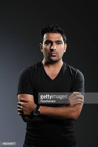 baja clave retrato de hombre con brazos cruzados pakistán - handsome pakistani men fotografías e imágenes de stock