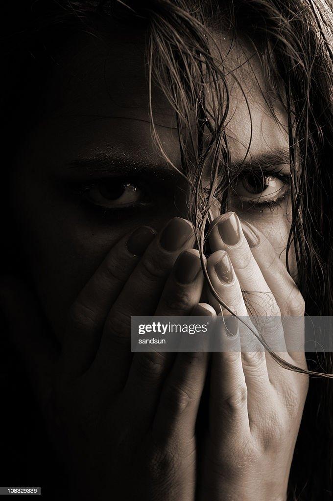ローキーのポートレート悲しげな女性の頭 : ストックフォト