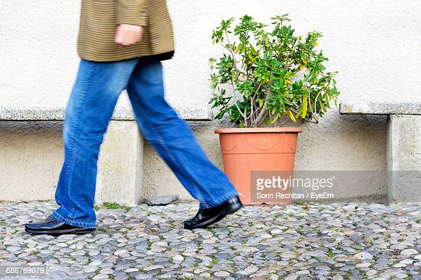 low section of a man walking in jeans - como italy stock pictures, royalty-free photos & images