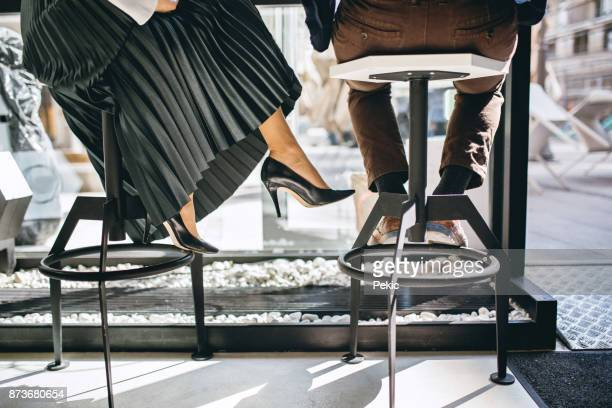 faible section des gens d'affaires assis dans le café - jupe photos et images de collection