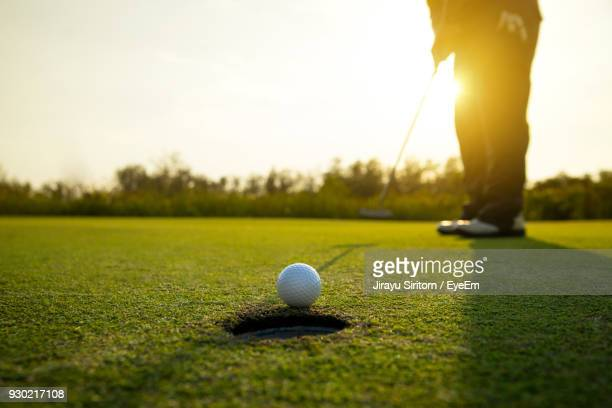 low section of man standing on golf course - golfe imagens e fotografias de stock