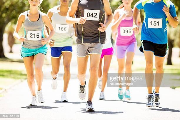 Faible Section de multiethnique hommes et femmes Running Marathon
