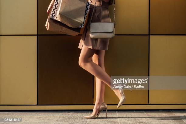 low section of woman in high heels - hoge hakken stockfoto's en -beelden