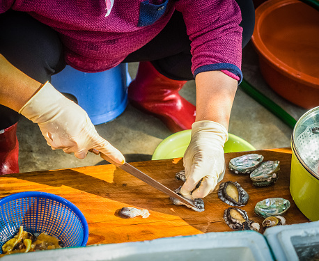 Low Section Of Woman Preparing Clams On Cutting Board - gettyimageskorea