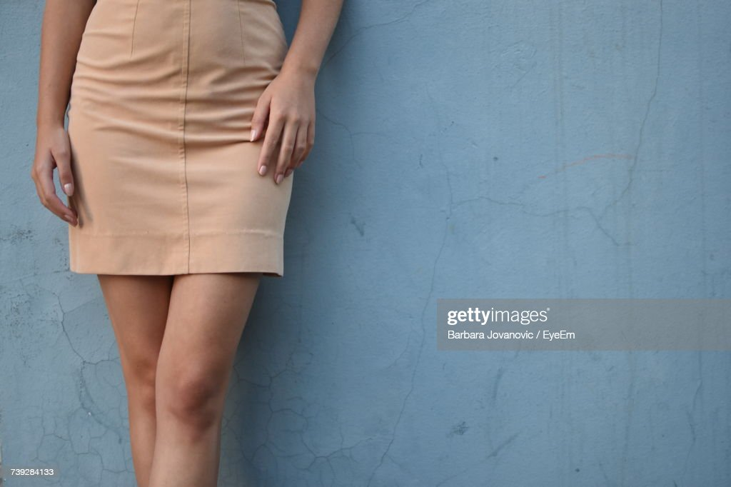 Low Section Of Woman Standing Against Wall : Stockfoto