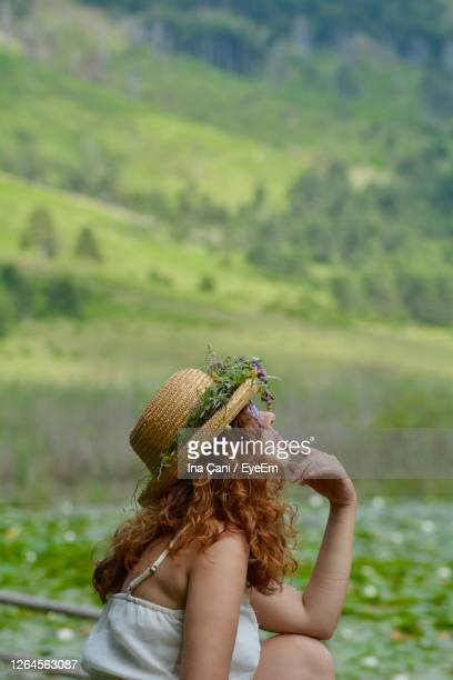 low section of woman wearing hat - straw hat stock pictures, royalty-free photos & images
