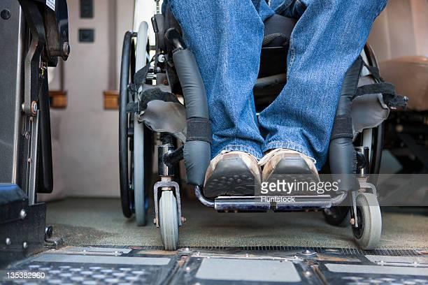 bajo la sección vista de un hombre con una lesión medular - quadriplegic fotografías e imágenes de stock