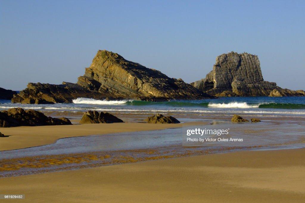 Low tide at Praia de Manha (Morning Beach) in Zambujeira do mar, Alentejo, Portugal : Foto de stock