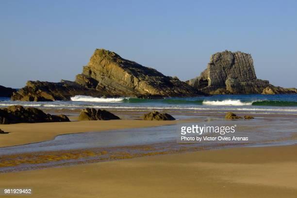 low tide at praia de manha (morning beach) in zambujeira do mar, alentejo, portugal - victor ovies fotografías e imágenes de stock