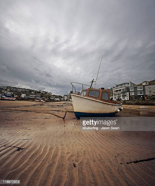 low tide at st.ives harbour - s0ulsurfing stock pictures, royalty-free photos & images