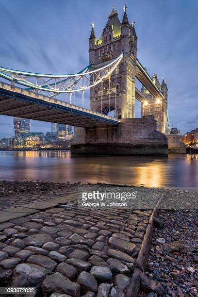 low tide at tower bridge ii - london bridge england stock pictures, royalty-free photos & images
