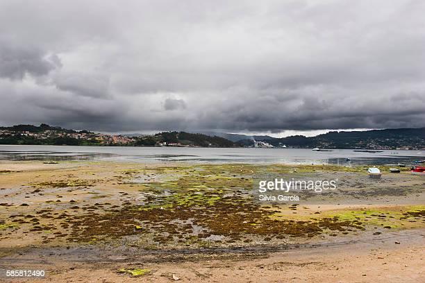 low tide in combarro, concejo de poio, rias bajas, pontevedra, galicia - turista stock-fotos und bilder