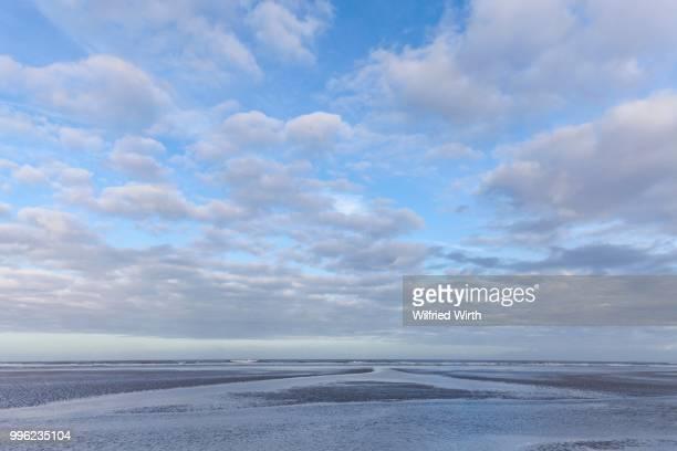 low tide in the lower saxon wadden sea national park, langeoog island, east frisia, north sea coast, lower saxony, germany - insel langeoog stock-fotos und bilder