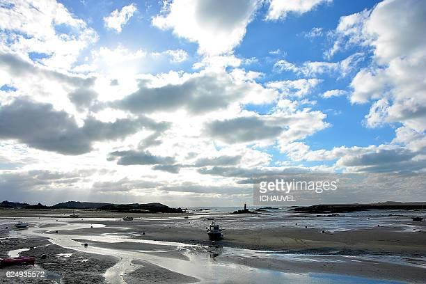 low tide pink granit coast brittany france - perros guirec photos et images de collection
