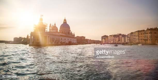 il sole invernale splende sulla basilica di santa maria della salute, venezia, italia - palazzo reale foto e immagini stock