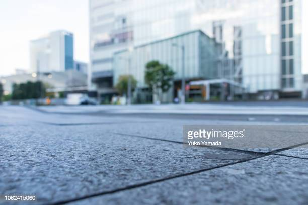 low-angle, asphalt road in city of tokyo - vista de ângulo baixo - fotografias e filmes do acervo